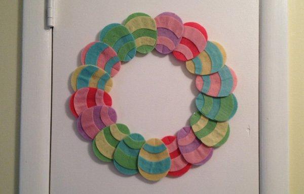 Ghirlanda pasquale uova in feltro l 39 arte del fare - Decorazioni uova pasquali per bambini ...